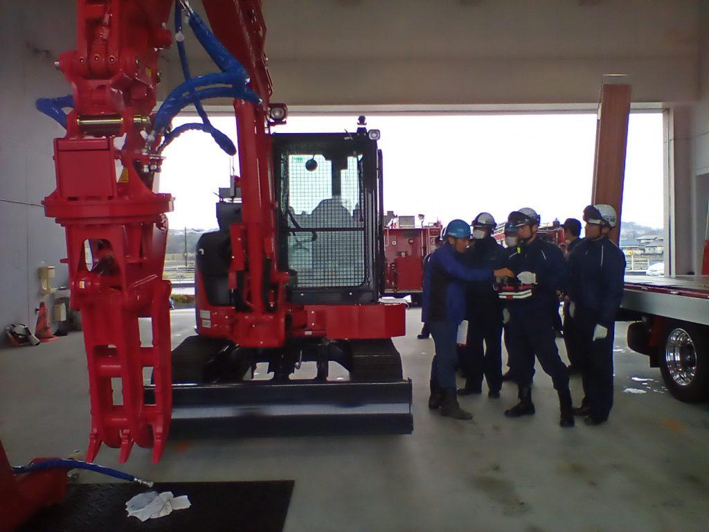 実際に消防隊員が建機をリモコンにより遠隔操作する様子 (四日市消防本部、三重県)