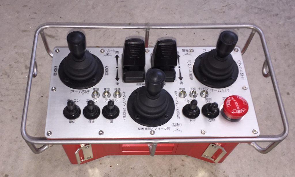 遠隔操作を行うためのコントローラー、すべての操作が可能。